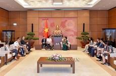 La vice-présidente de l'AN Tong Thi Phong reçoit  la sénatrice américaine Tammy Duckworth