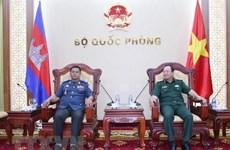 Le chef d'état-major adjoint reçoit un officier de l'Armée royale du Cambodge