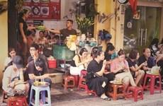 Pause thé sur les trottoirs de Hanoï