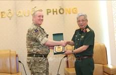 Des attachés militaires britanniques reçus à Hanoi
