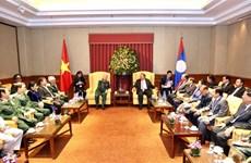 Le dirigeant laotien Bounnhang Vorachith rencontre d'anciens soldats volontaires vietnamiens