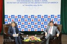 Le secrétaire américain à la Défense rencontre des étudiants vietnamiens