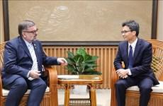 Le vice-PM Vu Duc Dam reçoit un responsable de l'ONUSIDA