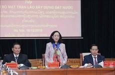 Une responsable de la mobilisation de masse accueille un invité laotien