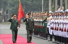 Le commandant en chef des forces armées royales thaïlandaises en visite au Vietnam