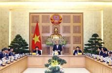 Le PM Nguyen Xuan Phuc travaille avec son groupe de conseillers économiques
