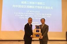 Le Vietnam fait don d'appareils médicaux au peuple chinois