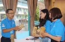 Un jeune ingénieur passionné de lampes en bambou