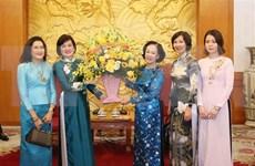 Une responsable de la sensibilisation auprès des masses reçoit une délégation de femmes de l'ASEAN