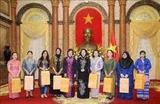 La vice-présidente  de la République Dang Thi Ngoc Thinh reçoit des membres de l'AWCH