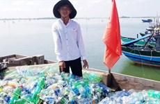 Un jeune pêcheur lutte contre la pollution marine
