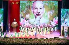 Le chef du Parti et de l'Etat rend hommage au Président Hô Chi Minh