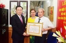 Hanoï: remise de l'Insigne des «75 ans de membre du Parti» à 25 vénérables membres