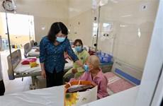 La vice-présidente Dang Thi Ngoc Thinh rend visite à des enfants atteints de cancer