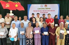 Dang Thi Ngoc Thinh offre des cadeaux à des enfants de Quang Nam
