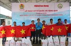 Tien Giang : remise de 2.000 drapeaux nationaux aux pêcheurs