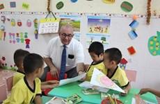 L'ambassadeur belge offre des pochettes sanitaires aux enfants du Centre