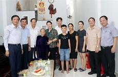 La présidente de l'AN visite des mères vietnamiennes héroïques à Quang Nam et à Da Nang