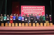 Lai Châu: Dang Thi Ngoc Thinh offre des cadeaux à des familles bénéficiant des politiques sociales