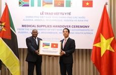 Remise de masques médicaux à des pays africains