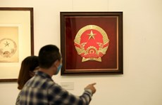 Les croquis de l'emblème national par Bui Trang Chuoc en exposition à Hanoi