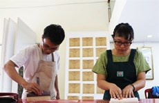 Un jeune couple restaure des livres anciens