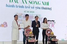 Les sœurs siamoises Truc Nhi et Diêu Nhi de retour à la maison