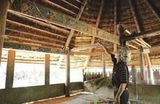 Bh'riu Pô grave la culture Co Tu dans le bois précieux