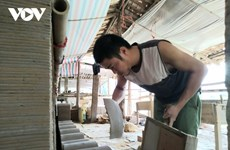Dans les coulisses de la fabrication de tuiles yin-yang à Quynh Son