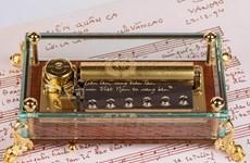 L'hymne national vietnamien sur un boîte à musique de luxe suisse