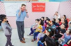 """Un """"Ông Tây"""" enseigne gratuitement l'anglais au Vietnam"""