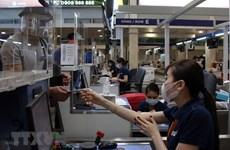 COVID-19 : l'aéroport de Tan Son Nhat désinfecte les bagages de tous les passagers