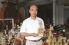Un fondeur de bronze passe le flambeau aux jeunes