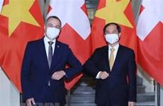 Entretien entre les chefs de la diplomatie Vietnam-Suisse