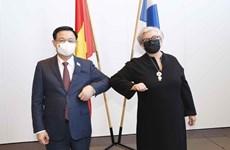 Les chefs des organes législatifs vietnamien et finlandais s'entretiennent