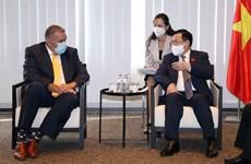 Le président de l'AN Vuong Dinh Hue a reçu des représentants de grandes entreprises en Europe
