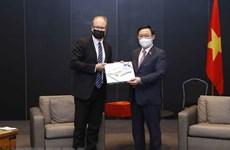 Le président de l'AN Vuong Dinh Hue reçoit le maire de la ville finlandaise de Salo
