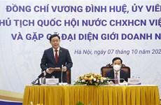 Le président de l'AN Vuong Dinh Hue rencontre des hommes d'affaires vietnamiens