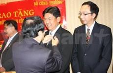 Insigne d'un ministère à six Viet kieu du Canada