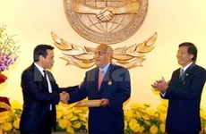 Insigne pour la paix et l'amitié à l'ambassadeur d'Algérie