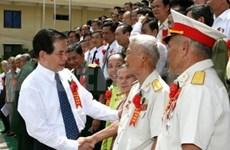 Nguyen Minh Triet rencontre des personnes méritantes