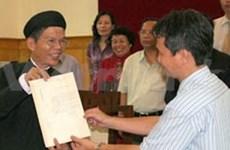 """Accrochage de la plaque ''Hoàng Sa"""" sur une route à Thuan An"""