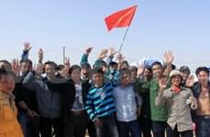 Le drapeau vietnamien flotte au milieu du désert