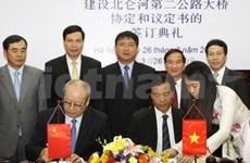 Nouveau pont à la frontière Vietnam-Chine en vue