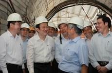 Truong Tan Sang rend visite à des ouvriers à Quang Ninh