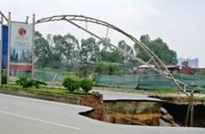 Un fontis coupe la route Lê Van Luong