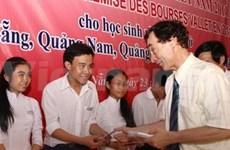 Remise des bourses à des élèves et étudiants brillants