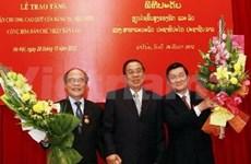 Le Laos décore plusieurs dirigeants vietnamiens