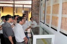 Deux Viet Kieu offrent une estampe xylographique à Hue