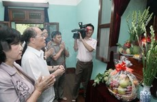 Hommage des dirigeants au Président Hô Chi Minh